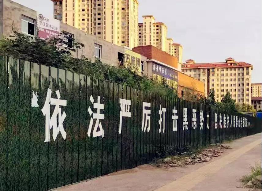李峰律师、黄昌军律师、李晓东律师、吴培培律师在固始县元光小学连续开庭两天,为王某等人涉黑案件辩护。