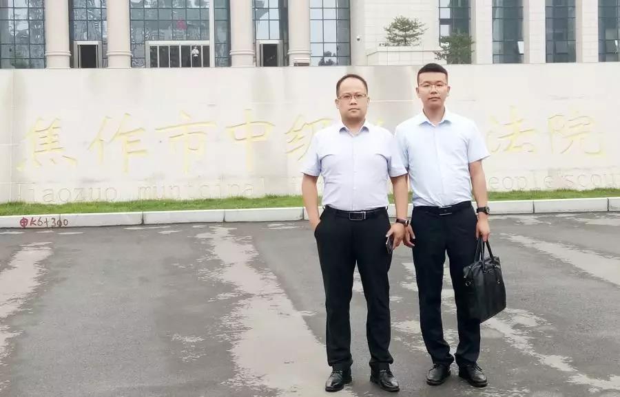 李峰律师、王含庆律师前往焦作市中级人民法院领取韩某、李某强奸案的判决书,并就判决与被告人家属沟通。