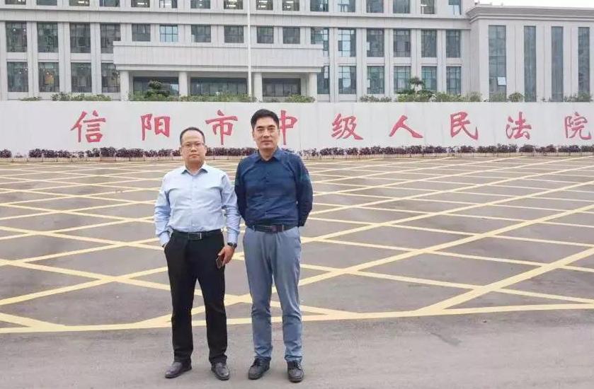李峰律师、杜心泉主任到信阳中院递交非法采矿案件辩护意见。