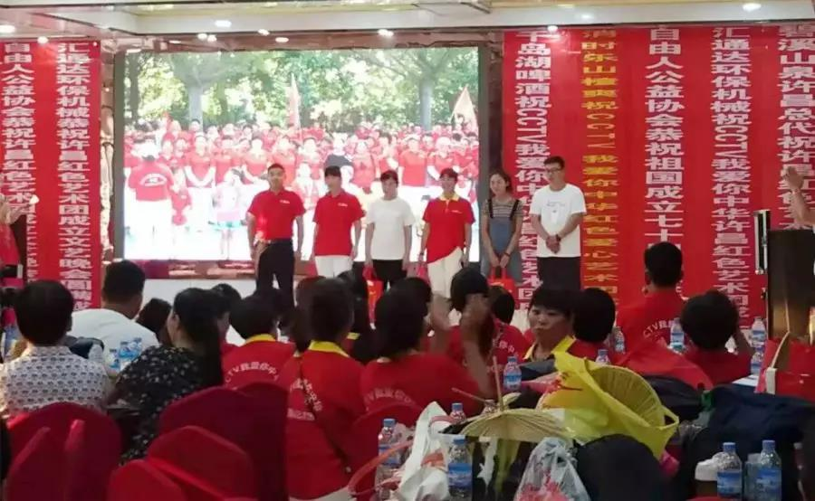 我所蔡学亮律师作为CCTV我爱你中华漯河摄制中心、许昌摄制中心首席法律顾问为优秀志愿者颁奖。