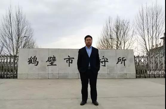 2019年3月21日下午,李晓东律师前往鹤壁市淇滨区人民法院与办案法官沟通诈骗罪案件发回重审案件判决时间及量刑问题,并会见被告人李某,为其解惑答疑。