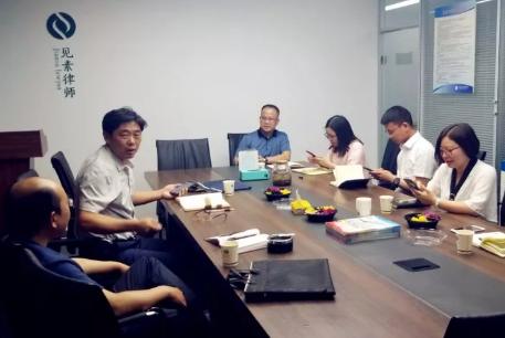2019年6月3日,河南省高级人民法院领导到河南见素律师事务所进行调研。我所李峰主任带领吴培培律师、王含庆律师等人参加了座谈。