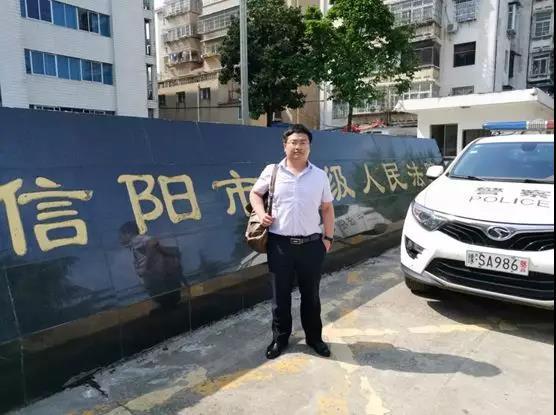 2019年4月24日上午,李晓东律师在信阳市中级人民法院为人民警察祝某涉嫌危险驾驶罪二审一案作无罪辩护,经开庭审理,取得客户、公诉人、合议庭的充分认可,向法庭提交了书籍式的辩护词、质证意见、检索报告。