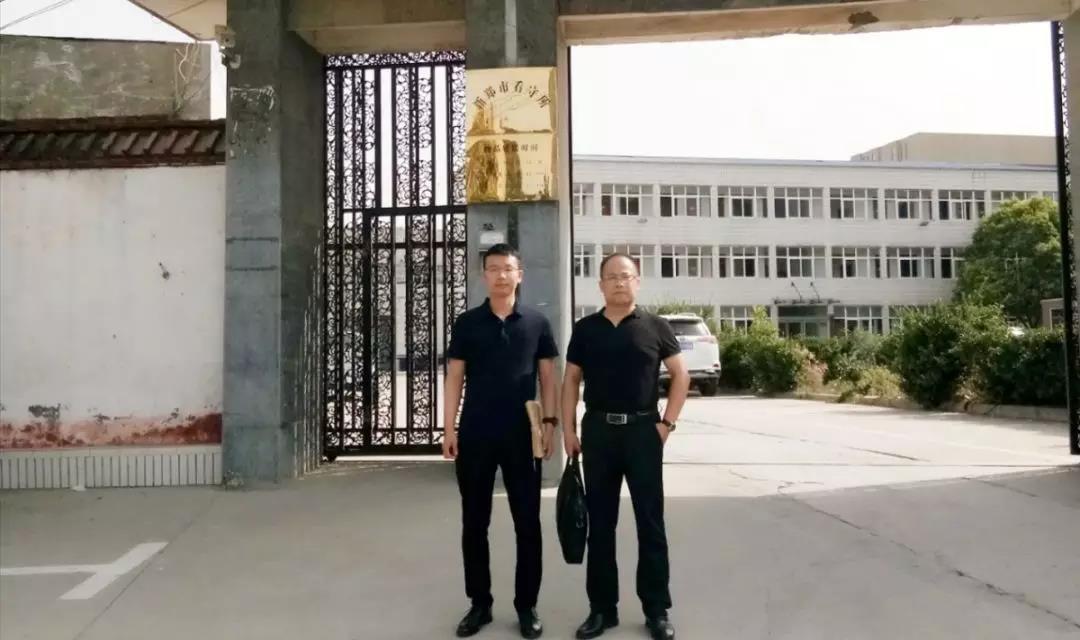 6月2日,李峰律师、王含庆律师前往新郑市看守所会见涉嫌寻衅滋事罪的荆某。