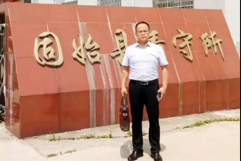 李峰律师到固始县看守所会见涉嫌寻衅滋罪的王某,并传达家人的关怀。