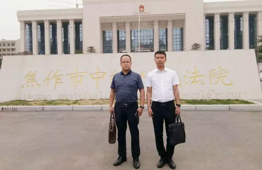 李峰律师、王含庆律师到焦作中院递交李某、韩某强奸案辩护词,并同承办法官交流具体意见。
