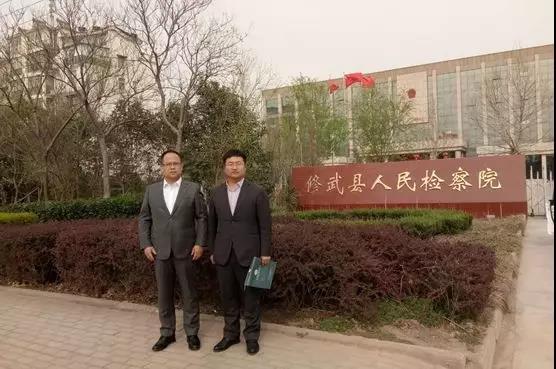 2019年3月27日下午,李峰律师、李晓东律师前往修武县人民检察院与赵某寻衅滋事、强迫交易、故意毁坏财物案的公诉人进行了长时间交流,并提供了新的侦查方向。