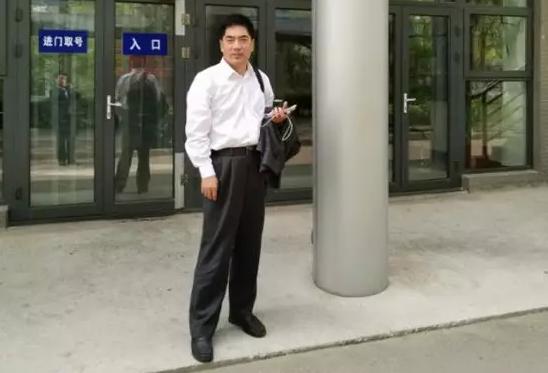 2019年4月22日,李晓东律师、杜心泉律师(实习)前往北京市海淀区看守所会见涉嫌非法吸收公众存款罪的嫌疑人郑某。