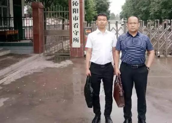 李峰律师、王含庆律师到沁阳市看守所会见涉嫌强奸罪的李某、韩某。