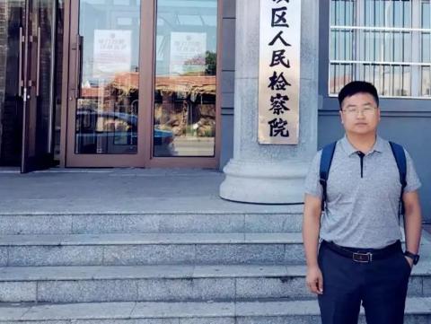 李晓东律师前往齐齐哈尔市昂昂溪区人民检察院递交涉嫌贩卖毒品案马某的委托手续并阅卷,与承办检察官初步沟通案情。
