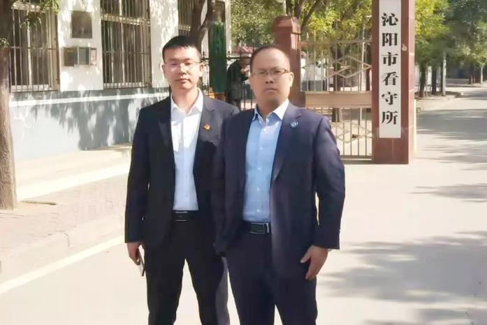 李峰律师、王含庆律师前往沁阳市看守所会见涉嫌诈骗罪的何某,并带来家属的关切。