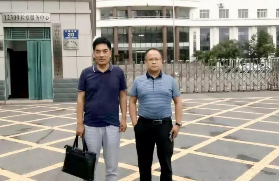 李峰、杜心泉(实习)律师前往罗山检察院递交王某寻衅滋事罪法律意见书。