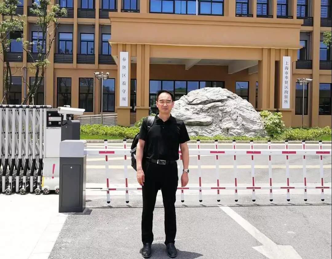 黄昌军律师前往上海市奉贤区看守所会见涉嫌寻衅滋事犯罪的姜某某,并与办案人员会面,了解案情及取保候审的可能性。