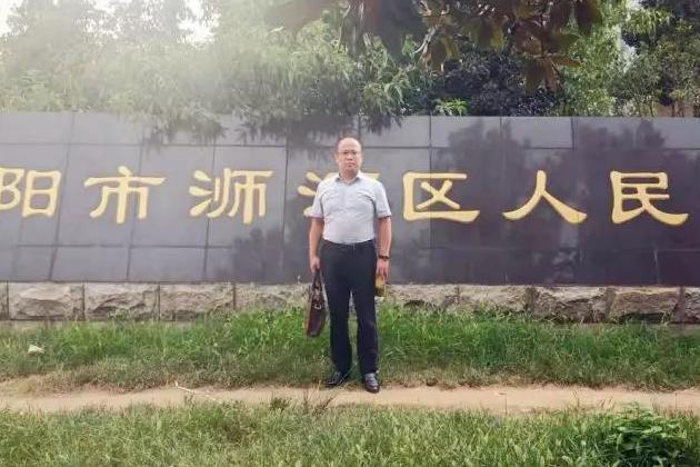 李峰律师到信阳市浉河区人民法院阅卷。