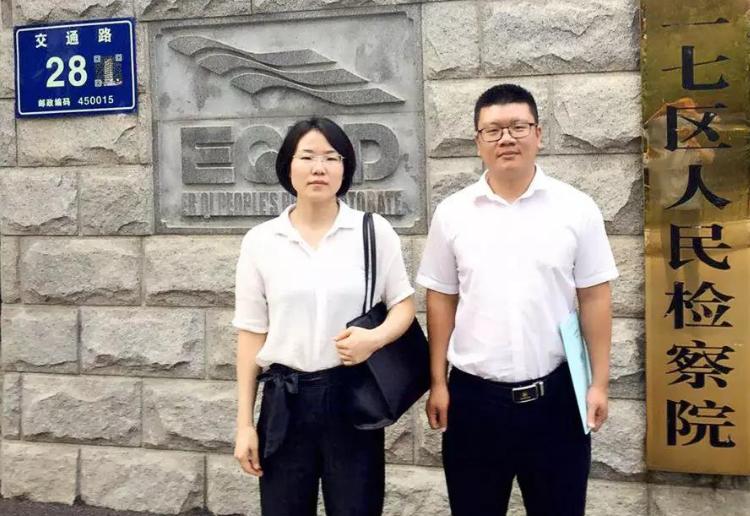 刘娅静、赵东东(实习)律师到郑州市二七区人民检察院提交刘某涉嫌抢劫案之律师意见书。