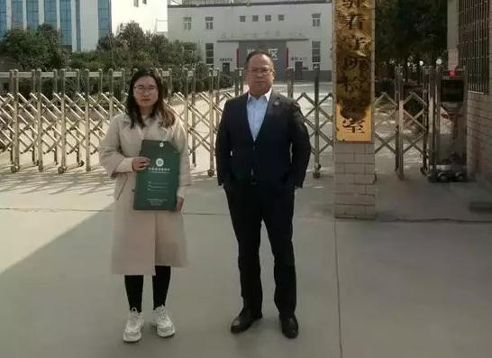 2019年3月7日下午,李峰律师、吴培培律师前往荥阳市看守所会见涉嫌敲诈勒索罪的石某。