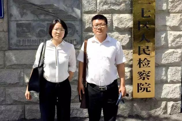 刘娅静、赵东东(实习)律师到郑州市二七区人民检察院就刘某涉嫌抢劫案再次提交羁押必要性审查申请书。