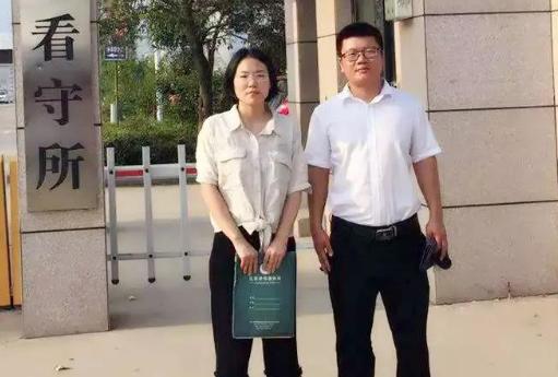河南见素律师事务所刘娅静、赵东东(实习)律师到周口市看守所会见涉嫌侵犯公民个人信息罪的姜某。